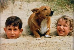 Принц Чарльз и принцесса Анна на пляже, 1957 год