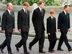 Принц Филипп, принц Уильям, Эрл Спенсер, принц Гарри и принц Чарльз идут по территории Вестминстерского аббатства, 1997 год
