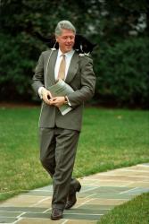 Билл Клинтон и его кот Сокс гуляют на Южной лужайке Белого дома, 1995 год