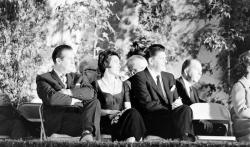 Нэнси Рейган (по центру) и ее муж Рональд Рейган (справа) на антикоммунистическом собрании в Лос-Анджелесе, 1961 год