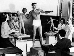 """Рональд Рейган позирует в скульптурном классе Университета Южной Калифорнии в качестве примера """"идеального мужского телосложения"""", 1940 год"""