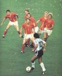 Диего Марадона против шести игроков сборной Бельгии на Чемпионате мира, 13 июня 1982 года
