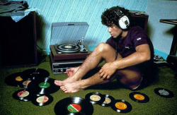 Диего Марадона слушает свои виниловые пластинки, 1980 год
