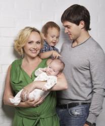 Мария Бутырская и Вадим Хомицкий с детьми