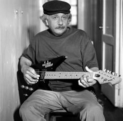 Альберт Эйнштейн с гитарой Пиви Рэйзер