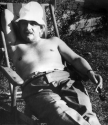 Альберт Эйнштейн загорает в Палм-Спрингс, 1932 год