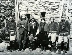 Альберт Эйнштейн с женой Эльзой и группой индейцев Хопи, 1922 год