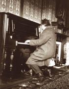 Альберт Эйнштейн играет на фортепиано в отеле Нара в Японии, 1922 год