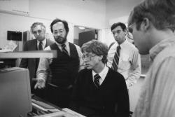 Билл Гейтс читает один из алгоритмов Ричарда Крэндалла (второй слева), 1984 год