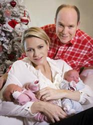 Рождественская фотосессия княгини Шарлен и князя Альбера II с детьми Габриэллой Терезой Мари и Жаком Оноре Ренье