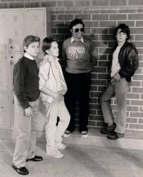 """Ривер Феникс, Этан Хоук, Джейсон Прессон и режиссер Джо Данте на съемках фильма """"Исследователи"""", 1984 год"""