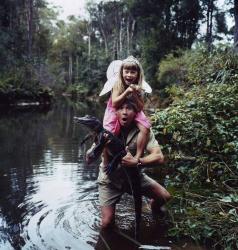Стив Ирвин и его дочь Бинди поохотились на крокодилов, 2002 год