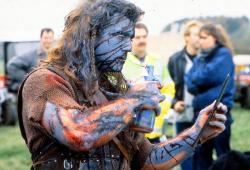 """Мэл Гибсон проверяет свой грим на съемках фильма """"Храброе сердце"""", 1994 год"""