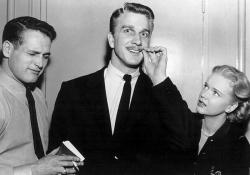 """Пол Ньюман, Лесли Нильсен и Энн Фрэнсис на съемках фильма """"Дыба"""", 1956 год"""