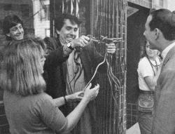 """Тим Бертон со змеями на съемках фильма """"Большое приключение Пи-Ви"""", 1984 год"""