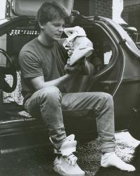 """Майкл Дж. Фокс рассматривает кроссовки """"из будущего"""" Nike MAG на съемках фильма """"Назад в будущее 2"""", 1989 год"""