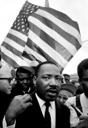 Мартин Лютер Кинг во время марша от Селмы, Алабама, в Монтгомери в 1965 году