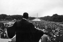 Мартин Лютер Кинг выступает перед многочисленными паломниками в Вашингтоне на одном из первых собраний зарождающегося движения за гражданские права чернокожих, 1957 год