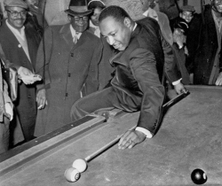 Мартин Лютер Кинг играет в пул, 1966 год