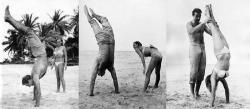 """Шон Коннери учит Урсулу Андресс стоять на руках на съемках фильма """"Доктор Ноу"""", 1962 год"""