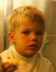 Авичи в детстве