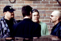 "Энди и Ларри (Лана) Вачовски, Киану Ривз и Джо Пантольяно на съемках фильма ""Матрица"", 1998 год"