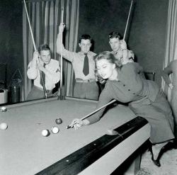 Софи Лорен играет в пул, 1954 год