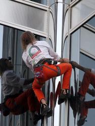 Подъем Алена Робера на самое высокое здание в мире
