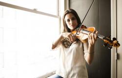 Торри Девито и скрипка