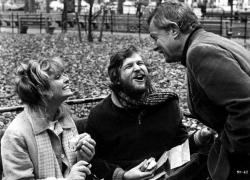 """Фарра Фосетт, Джефф Бриджес и режиссер Лэмонт Джонсон веселятся во время перерыва на съемках фильма """"Кто-то убил ее мужа"""", 1977 год"""