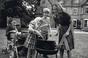 Стивен Хокинг с первой женой Джейн Уайлд и их детьми Робертом и Люси жарят барбекю, 1977 год