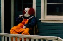 "Тим Карри в образе клоуна Пеннивайза на съемках фильма ""Оно"", 1990 год"