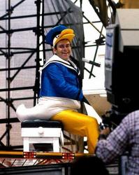 Элтон Джон в костюме Дональда Дака играет на рояле в Центральном парке Нью-Йорка, 1980 год