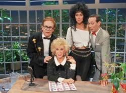 """Джоан Риверз вместе с Элтоном Джоном, Шер и Полом Рубенсом на съемках первого эпизода """"Позднего шоу"""", 1986 год"""