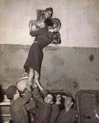 Марлен Дитрих целует своего любимого, который вернулся с войны (Нью-Йорк, 1945 год)