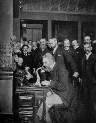 Александр Белл делает первый звонок по телефонной линии между Чикаго и Нью-Йорком, 18 октября 1892 года