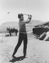 """Клинт Иствуд играет в гольф на съемках фильма """"Хороший, плохой, злой"""", 1966 год"""