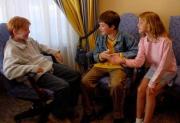 """Руперт Гринт, Дэниел Редклифф и Эмма Уотсон впервые знакомятся перед съемками фильма """"Гарри Поттер и философский камень"""", 2000 год"""