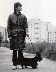 Виктор Цой на прогулке с своим собакой Биллом. 1985 год