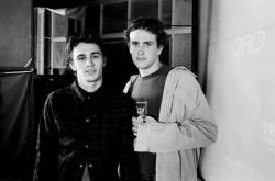 """Джеймс Франко и Джейсон Сигел на съемках сериала """"Хулиганы и ботаны"""", 1999 год"""