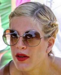 Тори Спеллинг и ее солнцезащитные очки