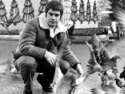 Оззи Осборн кормит голубей в Джордж-Сквере в Глазго, 1982 год