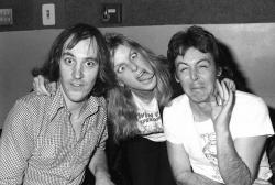Крис Томас, Линда Маккартни и Пол Маккартни на студии звукозаписи Abbey Road, 1977 год