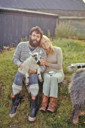 Пол Маккартни и Линда Маккартни с ягненком на их ферме в Малл-оф-Кинтайр, 1970 год