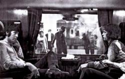Пол Маккартни и Мик Джаггер в поезде на вокзале Юстон перед поездкой в Бангор для участия в 10-дневной конференции по трансцендентальной медитации под руководством Махариши Махеш Йоги, 1967 год