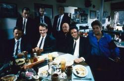 "Харви Кейтель, Тим Рот, Стив Бушеми, Квентин Тарантино, Эдвард Банкер, Лоуренс Тирни, Майкл Мэдсен и Крис Пенн на съемках фильма ""Бешеные псы"", 1991 год"
