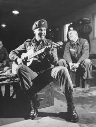 Элвис Пресли играет для своих однополчан, во время службы в армии, 1959 год