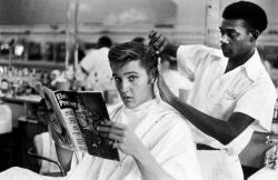 Элвис Пресли в парикмахерской в Мемфисе, 1956 год