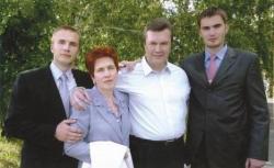 Виктор Янукович с семьей
