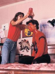 "Джонни Деппу наносят штучную кровь на съемках фильма ""Кошмар на улице Вязов"", 1983 год"